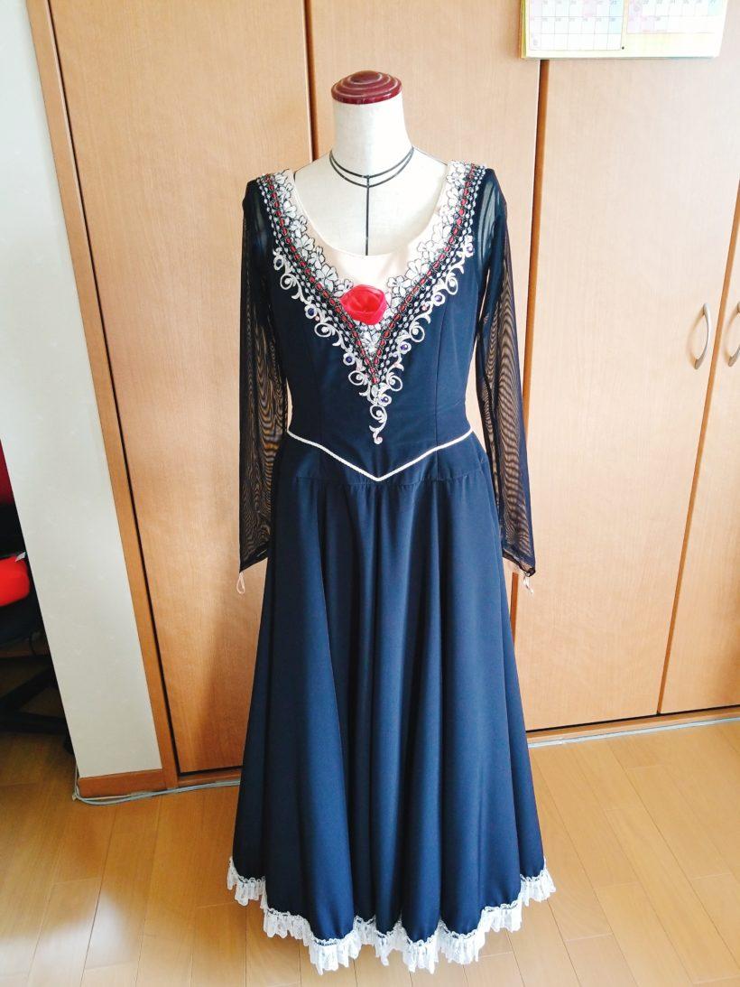 ドレス 裾 つまむ イラスト