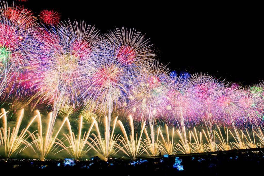 ピンクと緑の長岡の花火