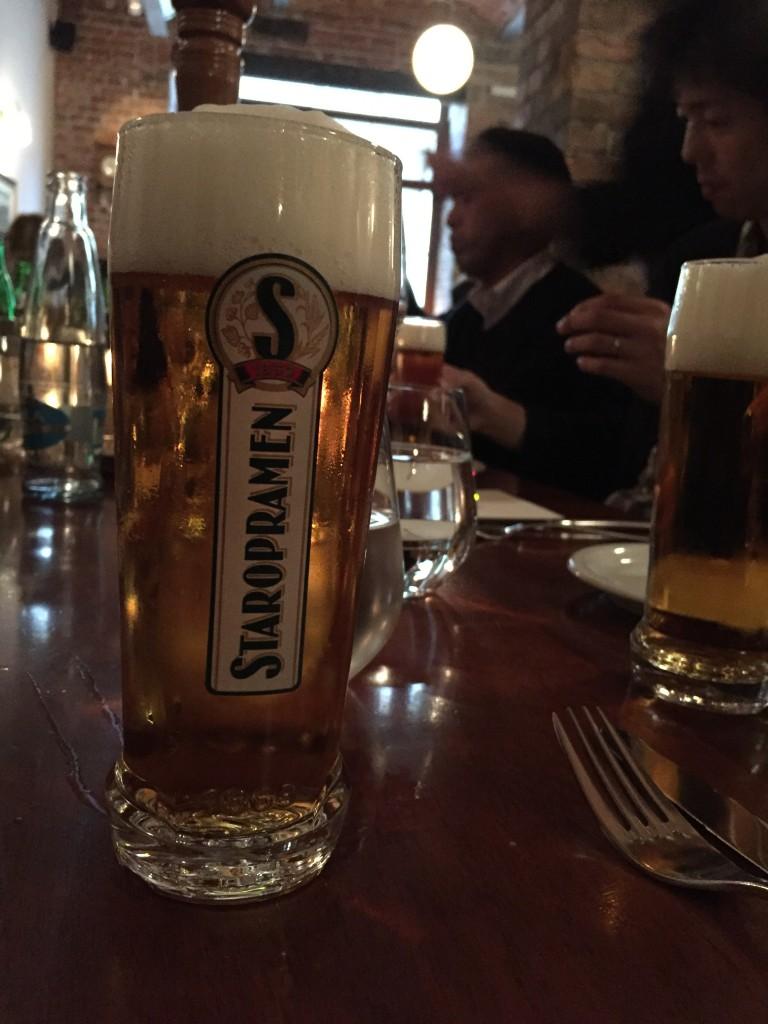 チェコ初日のレストランで「STAROPRAMEN」