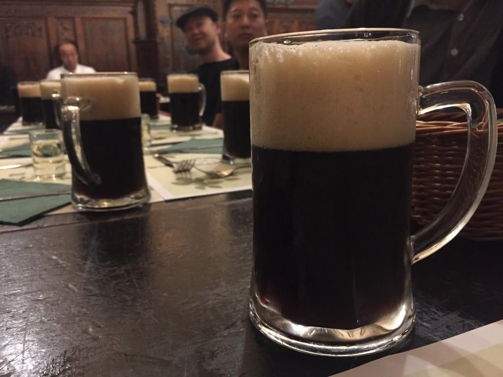 チェコ最終日はレストランUFLEKで黒ビール(銘柄わかんなかった)! これ2番目においしかった!