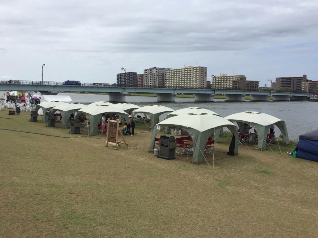 こんな感じでテントが並んでいて最大8名くらいは入れるのかな?
