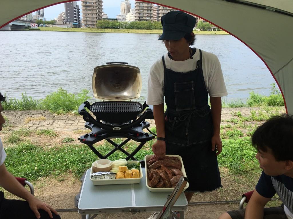 肉の焼き方を解説してくれる店員さん