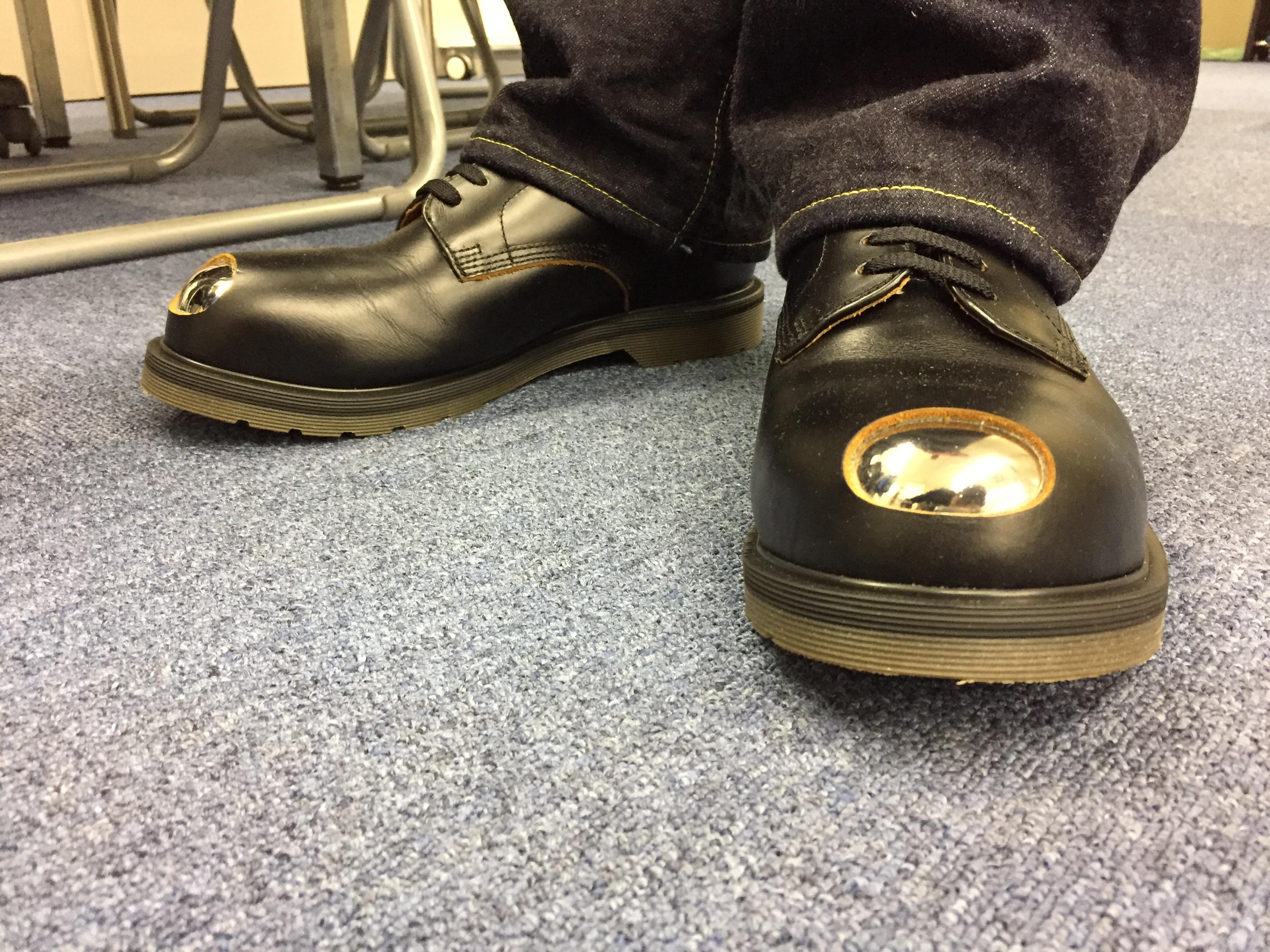 坪井さんの靴にはパチンコ玉が付いている。