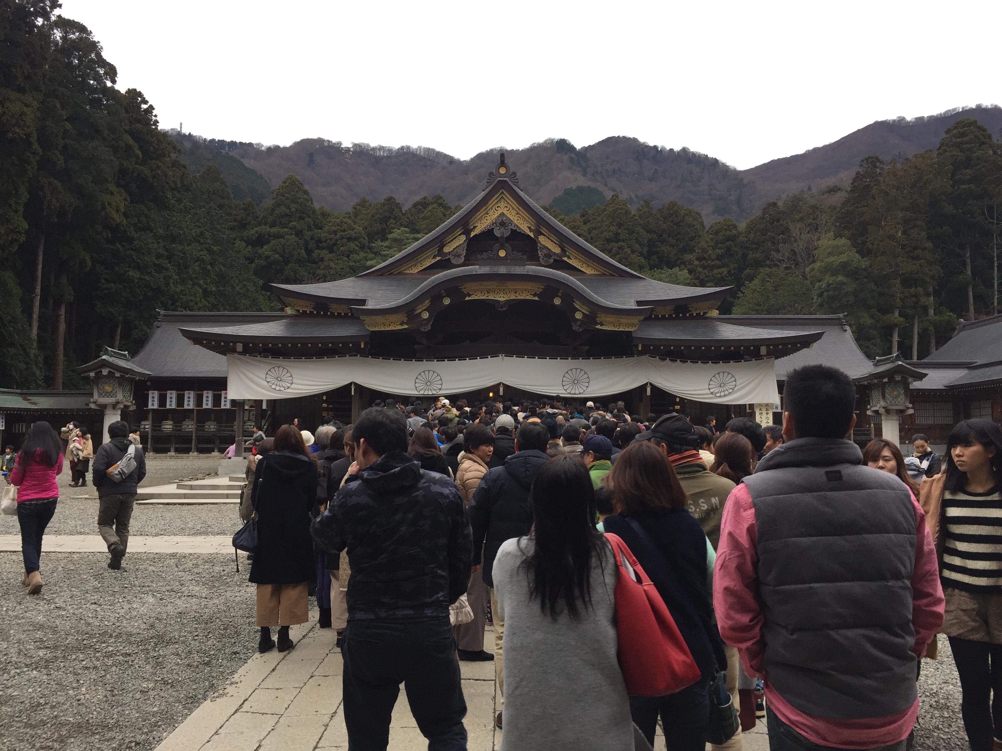 越後一宮の弥彦神社はまだまだ人がたくさん